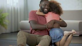 Ο εύθυμος πατέρας αγκαλιάζει τη λατρεμμένη κόρη, άριστη σχέση στην οικογένεια φιλμ μικρού μήκους