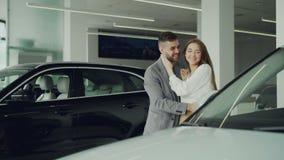 Ο εύθυμος τύπος κάνει την έκπληξη για τη σύζυγό του που κλείνει τα μάτια της με τα χέρια του και η οδήγηση την στο όμορφο νέο αυτ απόθεμα βίντεο