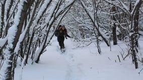 Ο εύθυμος τύπος πιάνει ένα όμορφο ευτυχές κορίτσι στο χειμερινό πάρκο απόθεμα βίντεο