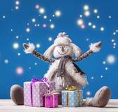 Ο εύθυμος χιονάνθρωπος με τα χριστουγεννιάτικα δώρα στα κιβώτια στέλνει τους νέους χαιρετισμούς έτους ` s! Στοκ εικόνα με δικαίωμα ελεύθερης χρήσης