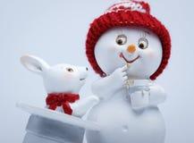 Ο εύθυμος χιονάνθρωπος παρουσιάζει τεχνάσματα Στοκ Εικόνες