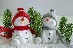 Ο εύθυμος χιονάνθρωπος δύο στο χιόνι γιορτάζει το νέο έτος Στοκ Φωτογραφία