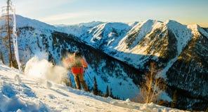 Ο ελεύθερος σκιέρ κατεβαίνει από το βουνό λαμβάνοντας υπόψη το μ Στοκ εικόνα με δικαίωμα ελεύθερης χρήσης