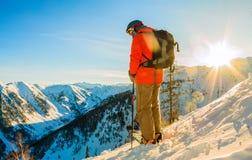 Ο ελεύθερος σκιέρ κατεβαίνει από το βουνό λαμβάνοντας υπόψη το μ Στοκ Εικόνα