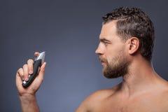 Ο ελκυστικός γενειοφόρος τύπος εκφράζει το δισταγμό Στοκ φωτογραφία με δικαίωμα ελεύθερης χρήσης