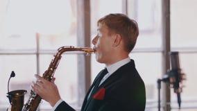 Ο ελκυστικός θηλυκός αοιδός τραγουδά στη σκηνή, χορός Το Saxophonist εκτελεί Ντουέτο της Jazz φιλμ μικρού μήκους