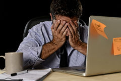 Ο ελκυστικός κουρασμένος επιχειρηματίας στο πουκάμισο και ο δεσμός που κουράστηκε συνέτριψαν το βαρύ φορτίο εργασίας που εξαντλήθ στοκ φωτογραφία με δικαίωμα ελεύθερης χρήσης