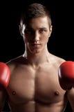 Ο ελκυστικός νέος αθλητικός τύπος είναι έτοιμος για το κιβώτιο Στοκ φωτογραφία με δικαίωμα ελεύθερης χρήσης