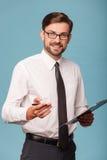 Ο ελκυστικός νέος επιχειρηματίας εργάζεται με Στοκ Φωτογραφία