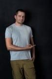 Ο ελκυστικός νεαρός άνδρας δείχνει ένα δάχτυλο σε κάτι Στοκ φωτογραφία με δικαίωμα ελεύθερης χρήσης