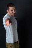 Ο ελκυστικός νεαρός άνδρας δείχνει ένα δάχτυλο στη κάμερα Στοκ Εικόνες