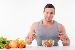 Ο ελκυστικός νεαρός άνδρας θέλει να φάει τα υγιή τρόφιμα Στοκ εικόνα με δικαίωμα ελεύθερης χρήσης