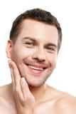 Ο ελκυστικός νεαρός άνδρας προετοιμάζεται για το ξύρισμα Στοκ Εικόνες