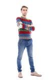 Ο ελκυστικός σοβαρός τύπος με τη σκληρή τρίχα είναι πραγματικά ψηλός Στοκ εικόνα με δικαίωμα ελεύθερης χρήσης