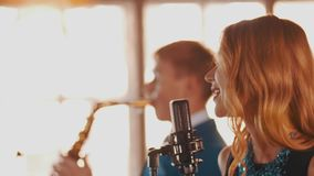 Ο ελκυστικός χορός αοιδών τζαζ αποδίδει στη σκηνή με το saxophonist στο μπλε κοστούμι απόθεμα βίντεο