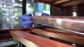 Ο ζαχαροπλάστης βάζει τη φόρμα με τις καραμέλες στο ράφι Διαδικασία τη σοκολάτα απόθεμα βίντεο