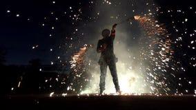 Ο ζογκλέρ γυρίζει τη Βεγγάλη ελαφρύ Sparklers γύρω βαθιά τη νύχτα στην slo-Mo Έχει δροσιά απόθεμα βίντεο