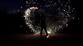 Ο ζογκλέρ περιστρέφει τη Βεγγάλη ελαφρύ Sparklers γύρω βαθιά τη νύχτα στην slo-Mo Έχει δροσιά απόθεμα βίντεο
