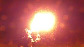Ο ζογκλέρ φυσά σε έναν φανό LIT και προκαλεί την τεράστια φλόγα βαθιά τη νύχτα στην slo-Mo απόθεμα βίντεο
