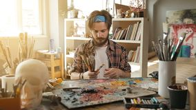 Ο ζωγράφος αισθάνεται τα πινέλα απόθεμα βίντεο