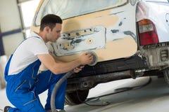 Ο ζωγράφος αυτοκινήτων γυαλίζει το μέλος του σώματος Στοκ Φωτογραφία