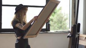 Ο ζωγράφος εξετάζει την εικόνα απόθεμα βίντεο