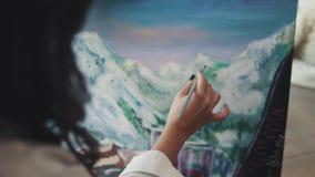 Ο ζωγράφος κάνει ένα κτύπημα βουρτσών στην εικόνα βούρτσα χρωμάτων κινηματογραφήσεων σε πρώτο πλάνο απόθεμα βίντεο