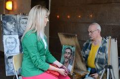 Ο ζωγράφος οδών στην υπόγεια διάβαση σύρει ένα κορίτσι Στοκ φωτογραφίες με δικαίωμα ελεύθερης χρήσης