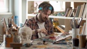 Ο ζωγράφος προετοιμάζει τα χρώματα απόθεμα βίντεο
