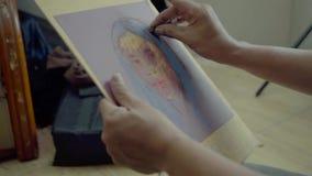 Ο ζωγράφος χρησιμοποιεί το κραγιόνι κρητιδογραφιών για τη χρωματίζοντας γυναίκα φιλμ μικρού μήκους