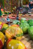 Ο ζωηρόχρωμος άργιλος που γίνεται τα φρούτα και λαχανικά, βιοτεχνίες προετοιμάζεται στο χωριό Pingla Στοκ εικόνα με δικαίωμα ελεύθερης χρήσης