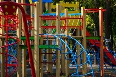 Ο ζωηρόχρωμος εξοπλισμός παιδικών χαρών για τα παιδιά σταθμεύει δημόσια Στοκ Εικόνες