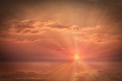 Ο ζωηρόχρωμος ουρανός βραδιού με τα σύννεφα στο ηλιοβασίλεμα είναι πέρα από τον ορίζοντα Στοκ φωτογραφία με δικαίωμα ελεύθερης χρήσης