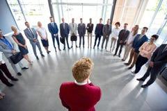 Ο ηγέτης ενθαρρύνει την ομάδα του Στοκ φωτογραφία με δικαίωμα ελεύθερης χρήσης