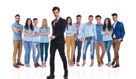 Ο ηγέτης επιχειρηματιών περπατά στην πλευρά ενώ η ομάδα του είναι πίσω Στοκ Φωτογραφία