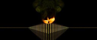 Ο ηγέτης και η εννοιολογική φωτογραφία ομάδων της με το κάψιμο του ραβδιού αντιστοιχιών, σκέφτονται διαφορετικοί Στοκ φωτογραφία με δικαίωμα ελεύθερης χρήσης