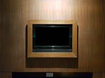 Οδηγημένη καθιστικό TV στον άσπρο ξύλινο τοίχο στοκ φωτογραφίες με δικαίωμα ελεύθερης χρήσης