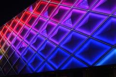 Οδηγημένος τοίχος κουρτινών, φωτισμός νύχτας του σύγχρονου εμπορικού κτηρίου Στοκ Φωτογραφίες