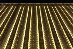 Οδηγημένος φωτισμός νύχτας τοίχων κουρτινών του σύγχρονου εμπορικού κτηρίου Στοκ Εικόνες