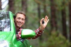 Οδηγός αυτοκινήτων που παρουσιάζει κλειδιά αυτοκινήτων ευτυχή Στοκ Εικόνες