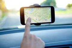 Οδηγός αυτοκινήτων που χρησιμοποιεί ένα ΠΣΤ κινητό Στοκ Εικόνα