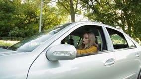0 οδηγός γυναικών με την οδική οργή που φωνάζει σε κάποιο απόθεμα βίντεο