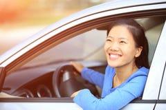 Οδηγός γυναικών που οδηγεί ένα αυτοκίνητο Στοκ Εικόνες