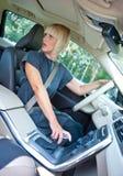Οδηγός γυναικών που σταθμεύει το αυτοκίνητό της Στοκ Εικόνα