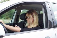 Οδηγός γυναικών στο αυτοκίνητό της Στοκ φωτογραφία με δικαίωμα ελεύθερης χρήσης