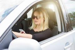 Οδηγός γυναικών στο αυτοκίνητό της Στοκ Εικόνες