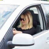 Οδηγός γυναικών στο αυτοκίνητό της Στοκ Φωτογραφία