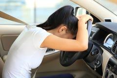 Οδηγός γυναικών λυπημένος στο αυτοκίνητο Στοκ Φωτογραφία