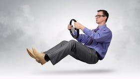 Οδηγός επιχειρηματιών στα γυαλιά και δεσμός με μια ρόδα Στοκ Φωτογραφία
