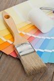 Οδηγός διαγραμμάτων χρώματος με τον κύλινδρο βουρτσών και χρωμάτων Στοκ Φωτογραφίες